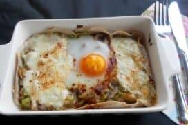 Яйца на очи върху палачинка и вкусна плънка