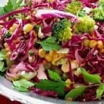 Лека, ефирна салата с броколи и червено зеле