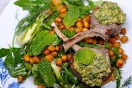Сочни, ароматни агнешки котлети в билков сос и свежа гарнитура