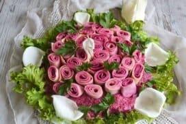 Пъстър букет от рози за незабравима трапеза
