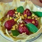 Елегантен десерт с ягоди и шамфъстък
