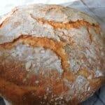 Домашен хляб с вкусна коричка, изпечен в тенджера