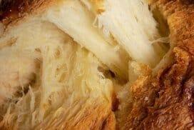 Пухкав козунак на конци, замесен в хлебопекарна