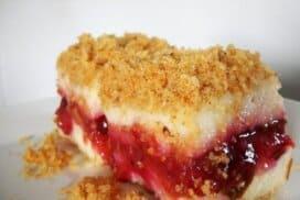 Нежен кремист десерт без брашно с удивителна плодова плънка