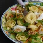 Изумително вкусна салата с равиоли, рукола и орехи