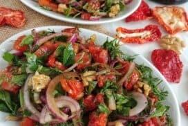Омайващият вкус на сушените домати, съчетан със свежи билки, ще превърнат тази салата в любимо блюдо