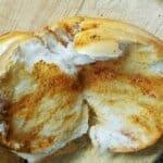 Пухкав, мек домашен хляб с уникален аромат на масло и шарена сол