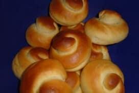 Нямам търпение да се зададе празник, за да приготвя тези пухкави козуначени кравайчета по гръцка рецепта