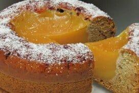 Много обичам този десерт, тъй като е комбинация от мек блат и вкусен пълнеж. Бърз и при това без яйца, масло или мляко!