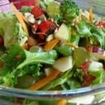 Многоцветна и питателна пролетна салата