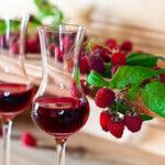 Насладете се на рубинения цвят и неустоимия аромат на домашното малиново вино