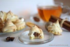 Фин меренг върху апетина бисквитка, а сърцевина на тази сладка е направо фантастична! Ще се влюбите!