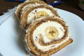 Мекият орехов блат, комбиниран с ефирен крем и вкусен плод, превръщат това руло в истинска симфония на вкуса!