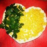 Любимите пиле, картофи и кисели краставички оформиха тази апетитна салата