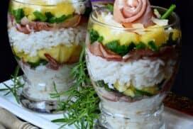 Екзотична салата, поднесена в чаши