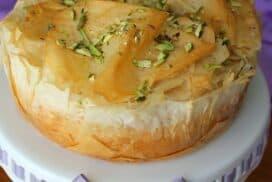 Зашеметяващ десерт, който умело съчетава ефирния вкус на чийзкейка с екзотичния привкус на баклавата!