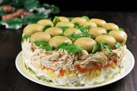 Много вкусна салата, която може да бъде поднесена като едно голямо блюдо и като индивидуални порции!