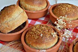 Тези пухкави хлебчетата, изпечени в гювечета, носят примамливия аромат на пресен хляб у дома! Опитайте!