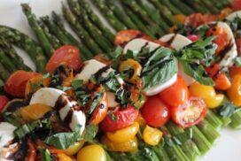"""Kрасиво пролетно ястие, вариация на известната салата """"Капрезе"""", което може да бъде сервирано топло или охладено"""