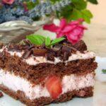 Изящен десерт, който съблазнява с наситения си шоколадов вкус, а парчетата свежи ягоди допринасят за ефирността му!
