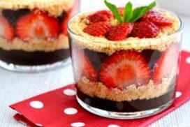 Наситен шоколадов вкус, парченца свежи ягоди и лека бисквитена нотка придават ефирен завършек на този изискан десерт, поднесен в чаши!