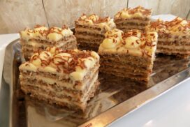Тези кокетни орехови пастички, приготвени по изпитана рецепта, са възхитително предложение за десерт през всеки сезон!