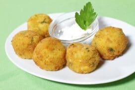 Още една страхотна рецепта за вкусно ястие с тиквички! Опитайте тези бързи крокети от любимия зеленчук, поднесени с фин сос!