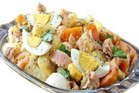 Страхотна салата с картофи, яйца, домати и риба тон