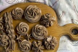Копринен шоколадов крем, който не се разтича и перфектна декорацията за всеки десерт!