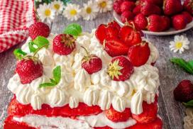 Отделям точно 10 минути за приготвянето на този ефирен плодов десерт! Резултатът винаги е страхотен!