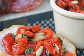 Ще си оближете пръстите от това апетитно предложение с печени червени чушки! Поднесете като салата или пък върху брускета!